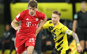 Müller und Reus im Zweikampf